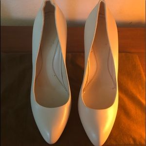GUCCI Cream leather pump with dust bag. Like new!